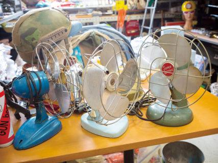 デスクチェアのお供にはビンテージの扇風機、底値の今が買い時だ!