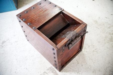 インテリアのアクセントには『骨董の木箱』