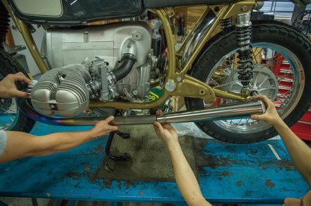 軽量かつスリムなチタンのエキゾースト 46ワークスお手製のワンオフマフラーが完成したぞ!! BMW R75/6 カスタムプロジェクト vol.16