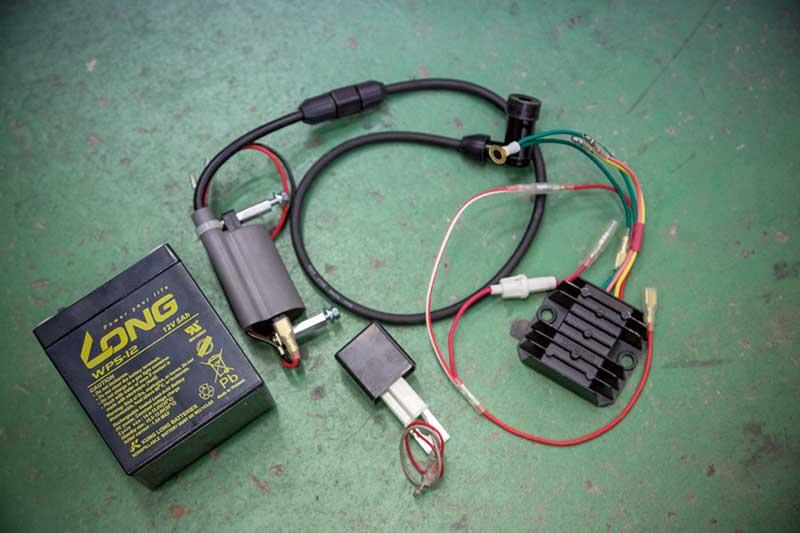本来6VであるCM90ですが、折角のタイミングなので、12V化することに。そのキットをワンオフしてくれたのも、植松さんなのでした。CM90専用に製作されたキットなので、ワイヤーの長さなどもピッタリ。植松さんのCM90でテストし、所さん用に製作された通算2個目の作品。12V化することにより、ライトやウインカーが力強く光るようになるのです。