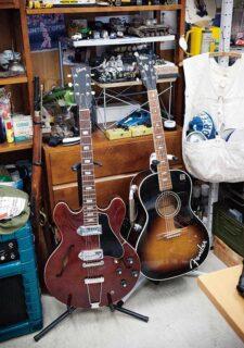 デスクの周りに並んでるギターとアンプ大公開!!